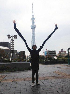Очень застенчивый японец придумал руки-палки для селфи