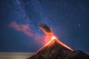 Вулкан и млечный путь над ним