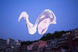 Conversation — портреты проецируются на летящую белую ткань