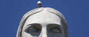 Молния попала в статую Христа в Рио