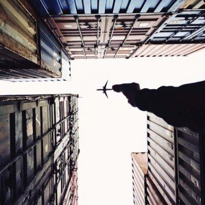 Игрушечный самолет в настоящем небе в фантазиях Варана Тота