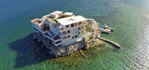 Рай для дайверов, возведенный на скале и окруженный рифами