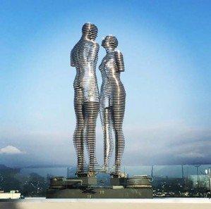Двигающаяся скульптура любви «Али и Нино» в Батуми