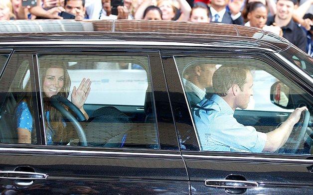 Принц ведет машину