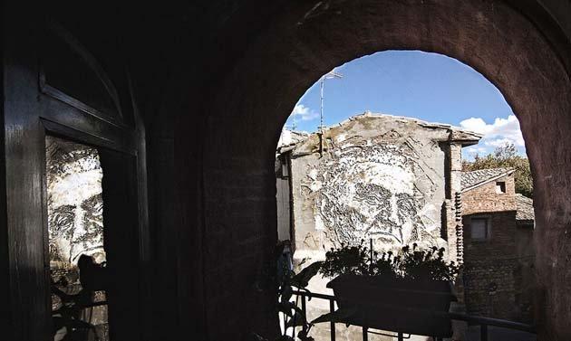 wall-carving-portraits-street-art-alexandre-farto-2