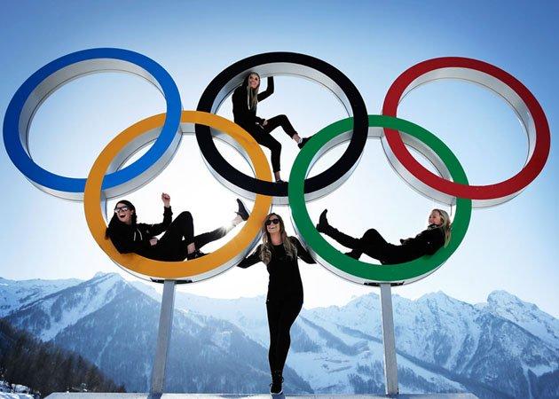 Сноубордистки позируют на олимпийских кольцах в Сочи