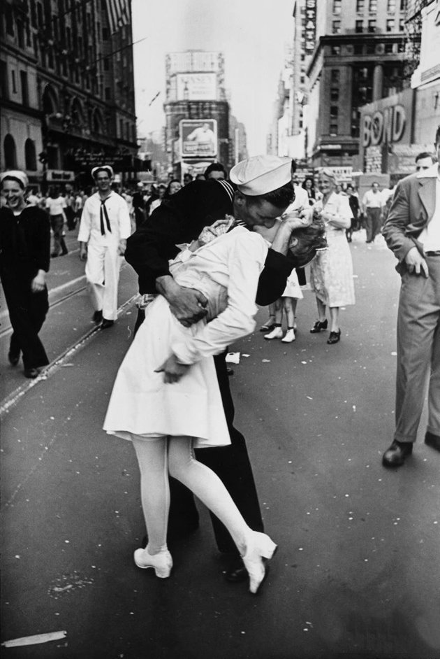 262123-v-j-day-kiss-in-times-square