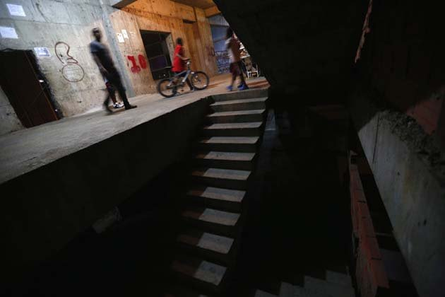 Люди в коридоре Башни Давида