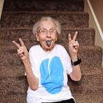 Бабушка Бетти показывает синий от конфеты язык