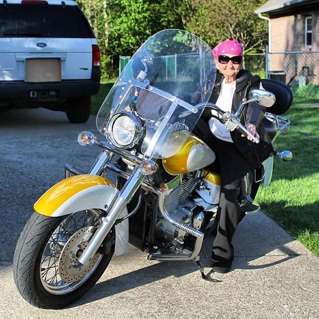 Бабушка Бетти на мотоцикле