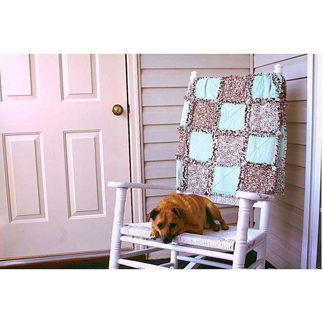 Верный пес бабушки Бетти на ее любимом кресле.