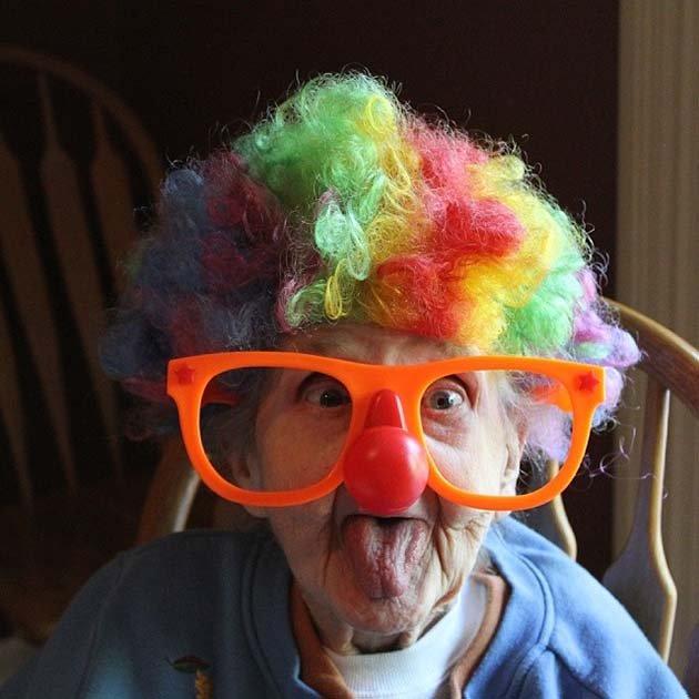 Бабушка Бетти в клоунском наряде