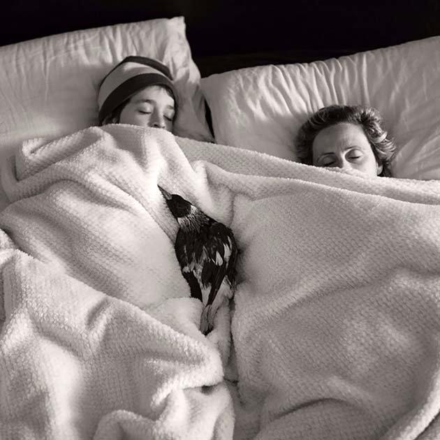 Спит с хозяевами на спине