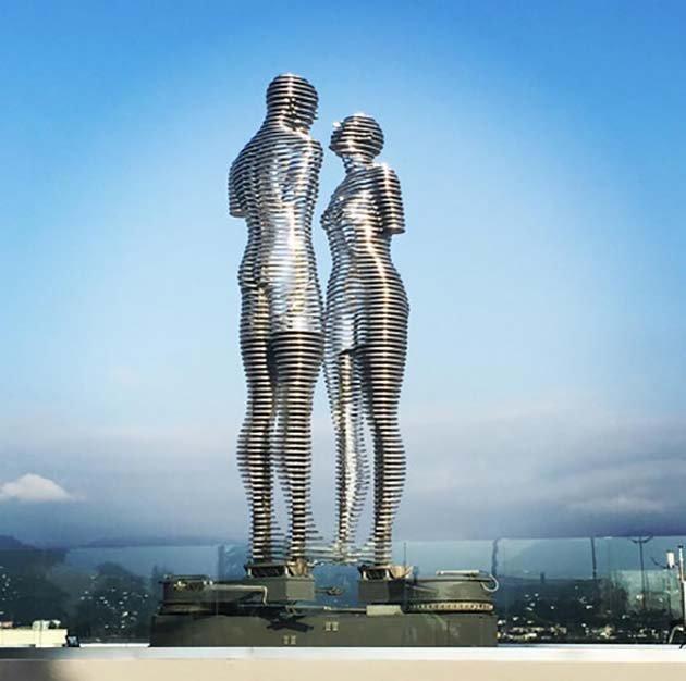 Двигающаяся скульптура любви