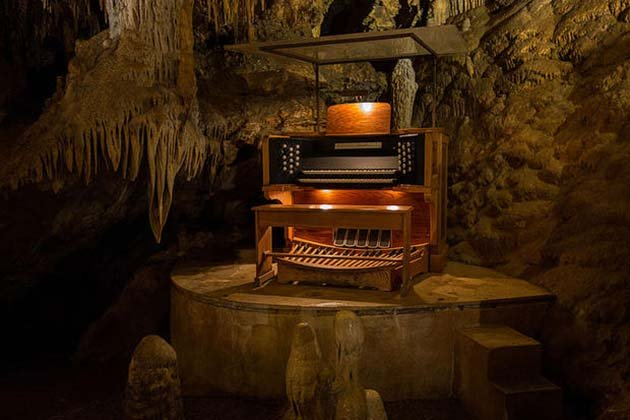 800stalacpipe_organ_console_-_luray_caverns_2015-05-09_14.29.19_by_stan_mouser